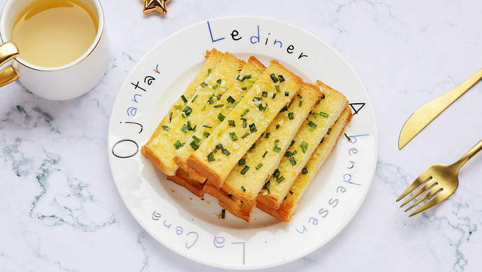 #花10分钟,做一道菜!#蒜蓉吐司条