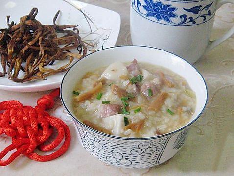 黄花菜干菜煲咸肉粥的做法