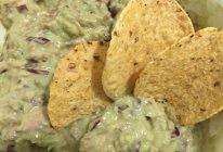 金枪鱼牛油果沙拉配墨西哥玉米片的做法