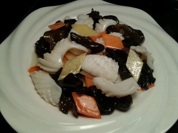 木耳炒目鱼的做法