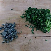 皮蛋肠菠菜粥的做法图解2