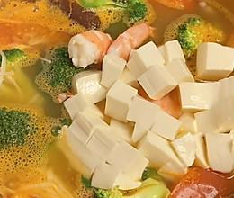 暖冬必备的【鲜虾豆腐蔬菜汤】,配上米饭或面条连锅端!