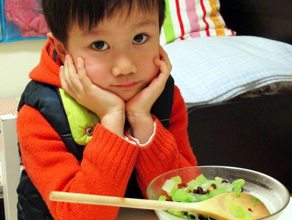 小手做羹汤——宝宝常见健脾养胃类食补处方——花生米拌芹菜的做法