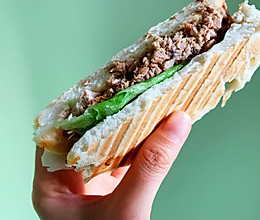 #我们约饭吧#轻食机压一切:快手早餐肉夹馍的做法