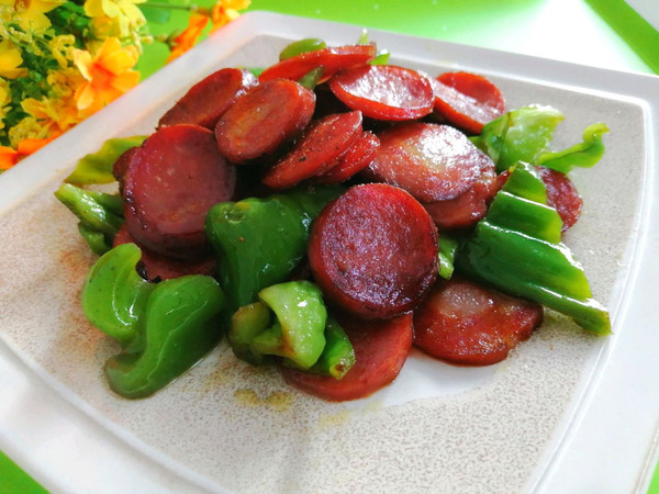 红肠炒青椒的做法