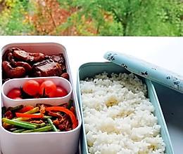 红烧排骨炖菱角米➕肉丝炒蒜苔#monbento为减脂季撑腰#的做法