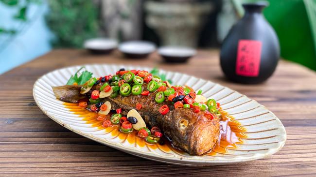 红烧鲈鱼!1斤白酒1条鱼,小伙吃嗨了,对酒当歌的做法