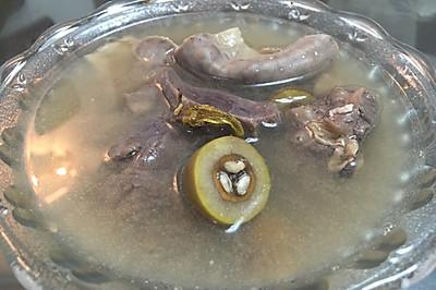 霍斛青橄榄炖花生猪肺粉肠汤