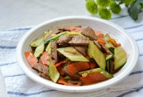 #少盐饮食 轻松生活# 明目补血的黄瓜胡萝卜炒猪肝的做法