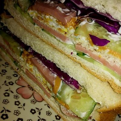 低油低脂低热量版之黄瓜片紫甘蓝巨无霸三明治