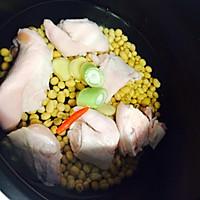 美容养颜靓汤--黄豆猪脚汤的做法图解1