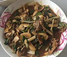 耗油牛肉蘑菇芹菜的做法