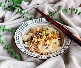 #快手又营养,我家的冬日必备菜品#饺子皮油泼面的做法