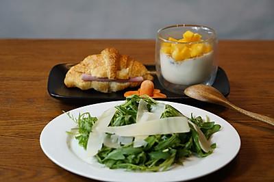 精致早餐:芝麻菜奶酪沙拉配芒果酸奶