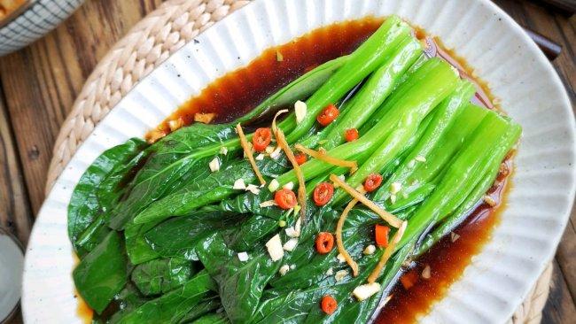 白灼菜心时,记得加点它,菜心翠绿鲜嫩,清脆爽口的做法