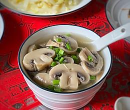 #憋在家里吃什么# 营养丰富的蘑菇汤助你提升免疫力的做法