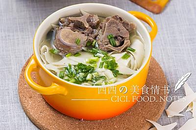 秋季煲汤食谱:香浓牛脊骨汤(15分钟快速煲汤)