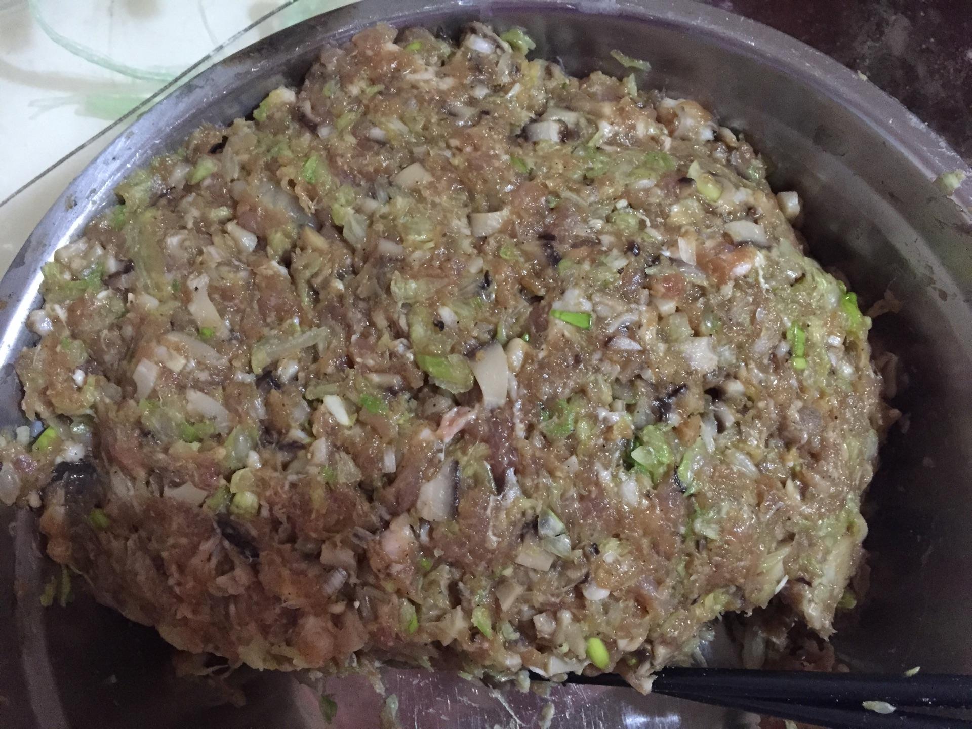 包饺子的步骤_猪肉香菇白菜馅饺子的做法_菜谱_豆果美食