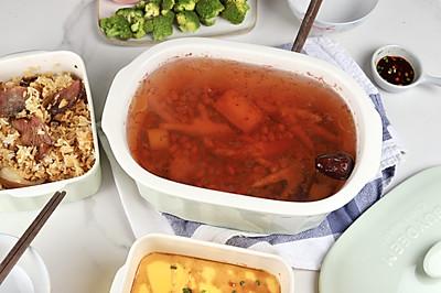 超简单健康餐:花生鸡爪汤+腊味焖饭+蒸水蛋,养颜健康还简单