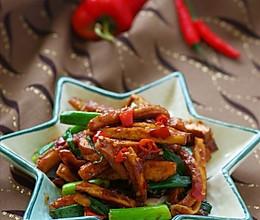 十分钟搞定充满幸福感的家常菜 —— 无敌下饭的蒜苗辣炒酱香干的做法
