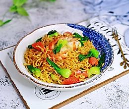 #我们约饭吧#虾仁火腿炒方便面的做法