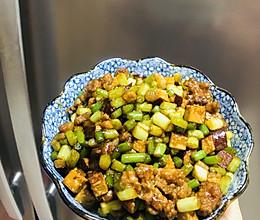 快手菜也是下饭菜——蒜苔炒肉丁的做法