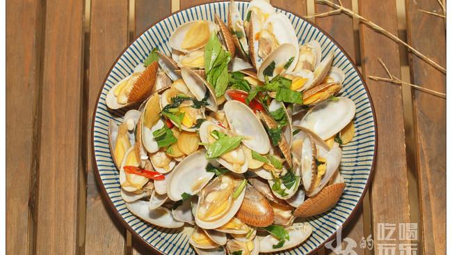 爆炒花蛤,必不可少的金不换,加上辣椒、蒜头与酱油,味道超赞的做法