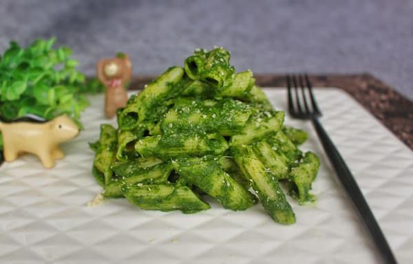 菠菜酱拌通粉的做法
