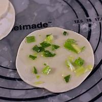 #网红美食我来做#饺子皮葱油饼的做法图解2