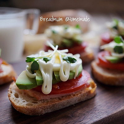 牛油果开放三明治