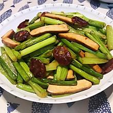 浓郁清爽两相宜——腊肠炒蒜苔芹菜