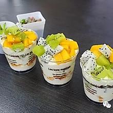 甜蜜与精致并存的奶油水果杯