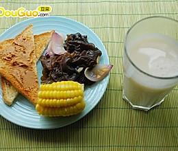 舒服的早餐:烤土司配花生酱+甜玉米+薏仁豆浆的做法