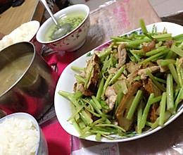 香干芹菜炒肉的做法