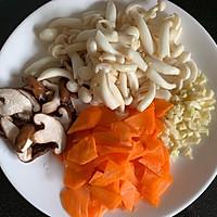 菌菇胡萝卜的做法图解1