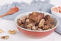 滋补肝肾润燥-花生核桃猪骨汤的做法