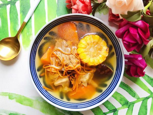 虫草花香菇胡萝卜玉米排骨汤的做法