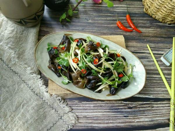 洋葱木耳拌香菜的做法