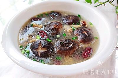 鲜香浓郁的香菇炖鸡汤