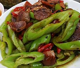 青红椒老干妈炒腊肠的做法