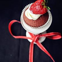 红丝绒奶油草莓杯子蛋糕