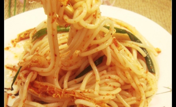 增强肠胃中的有益菌--泡菜汁拌面的做法