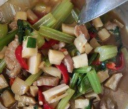 藕丁芹菜炒肉的做法