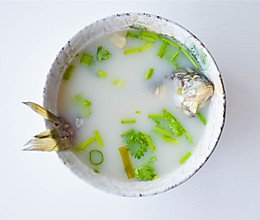 #快手又营养,我家的冬日必备菜品# 味道鲜美的滋补鲫鱼汤的做法
