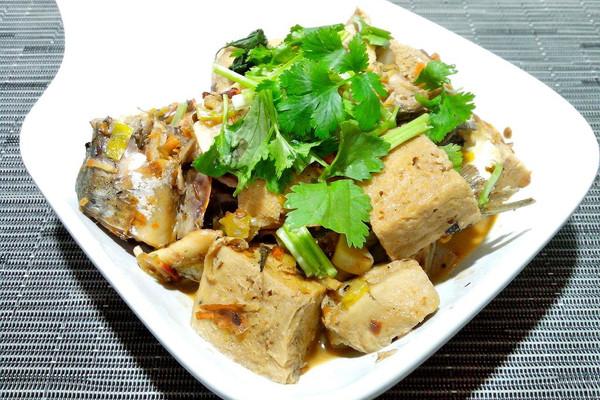 鲅鱼炖冻豆腐的做法