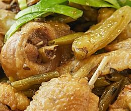 【酸豆角焖小公鸡】这样烧鸡实在好,我怎么没想到!的做法