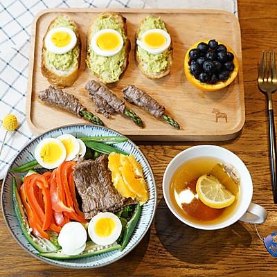 精致早餐:西蘭花牛肉甜椒沙拉配牛油果面包塔