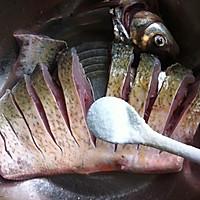 腊肠蒸鳊鱼的做法图解4
