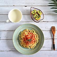 精制减脂早餐:西红柿意面+菠菜厚蛋烧+低脂牛奶
