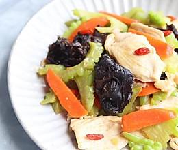 木耳苦瓜炒鸡肉#花10分钟,做一道菜!#的做法